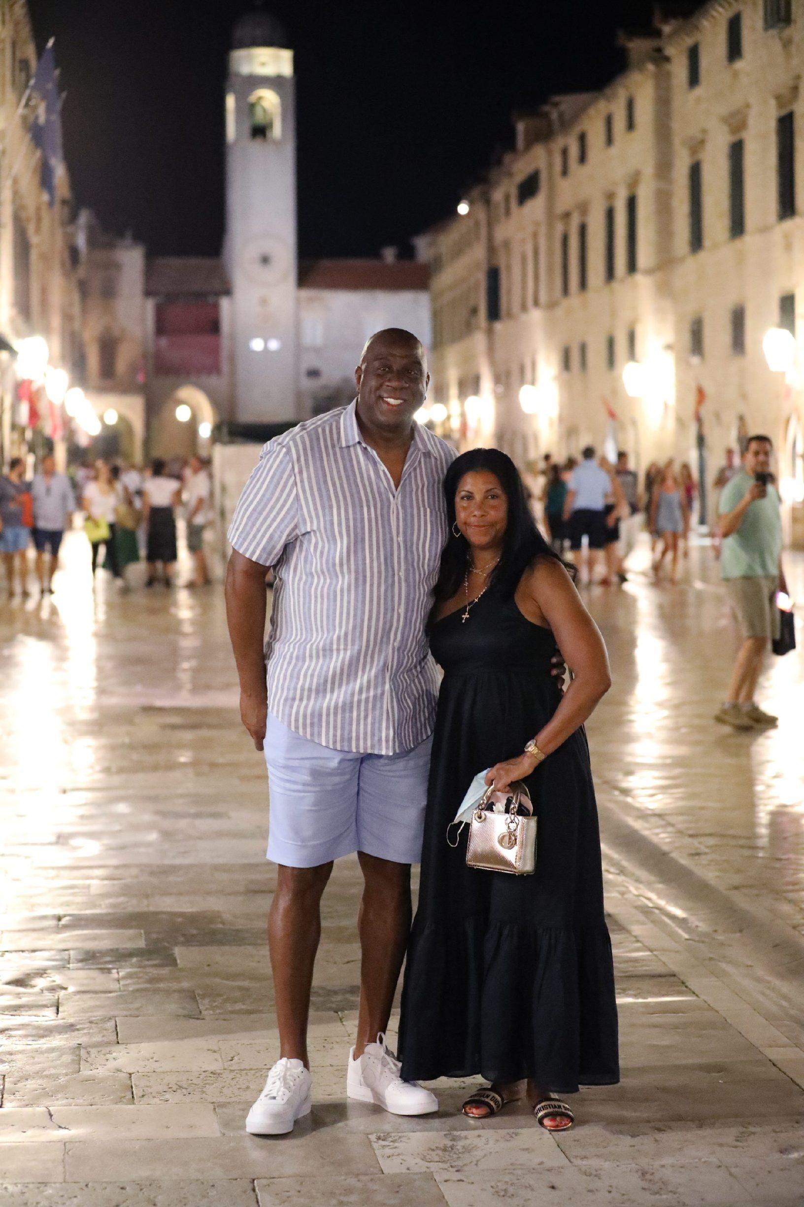 Dubrovnik, 130820. Magic Johnson u popodnevnim satima stigao je u Dubrovnik s jahtom Aquila, a u veèernjim satima prosetao Stradunom sa suprugom. Foto: Bozo Radic / CROPIX