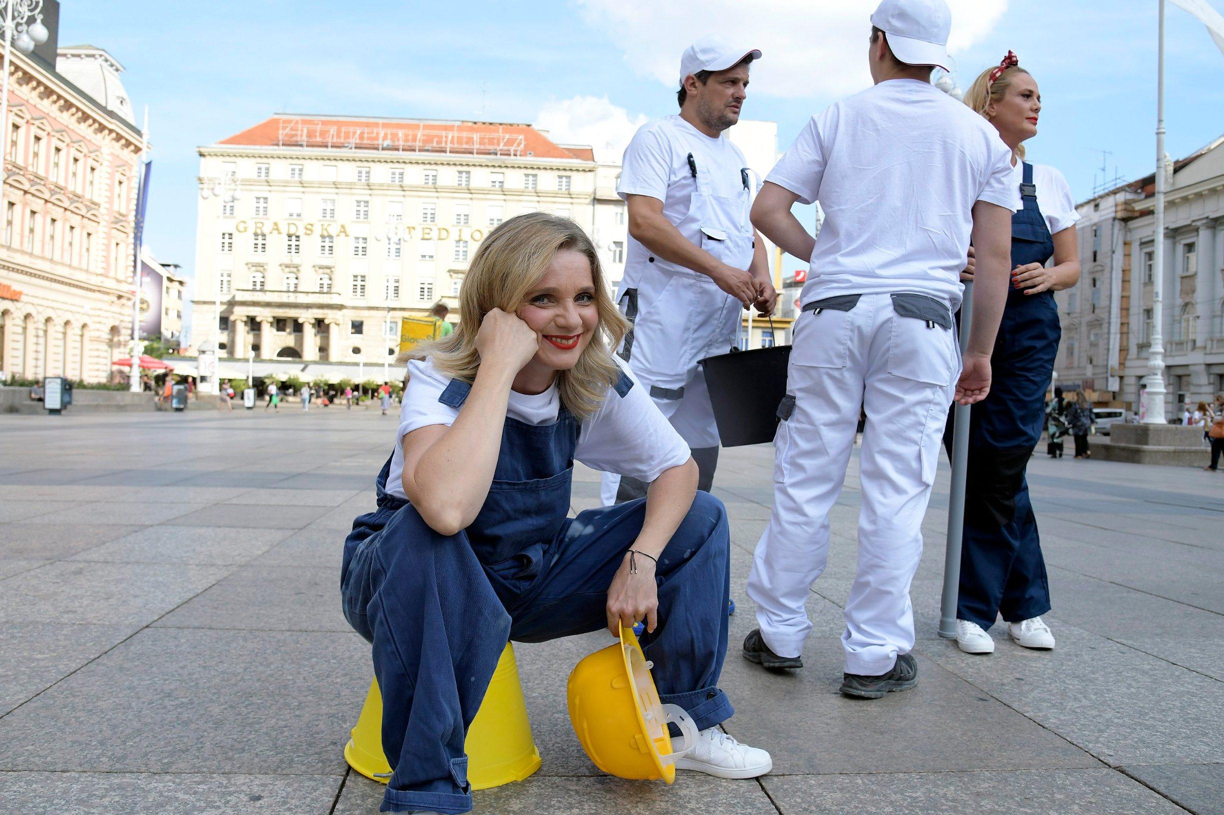 Zagreb, 090920 Jelacic plac, glumci kazalista Moruzgva odrzali su performans uoci premijere najnovije predstave Majstori. Na fotografiji: Jasna Palic. Foto: Bruno Konjevic / CROPIX