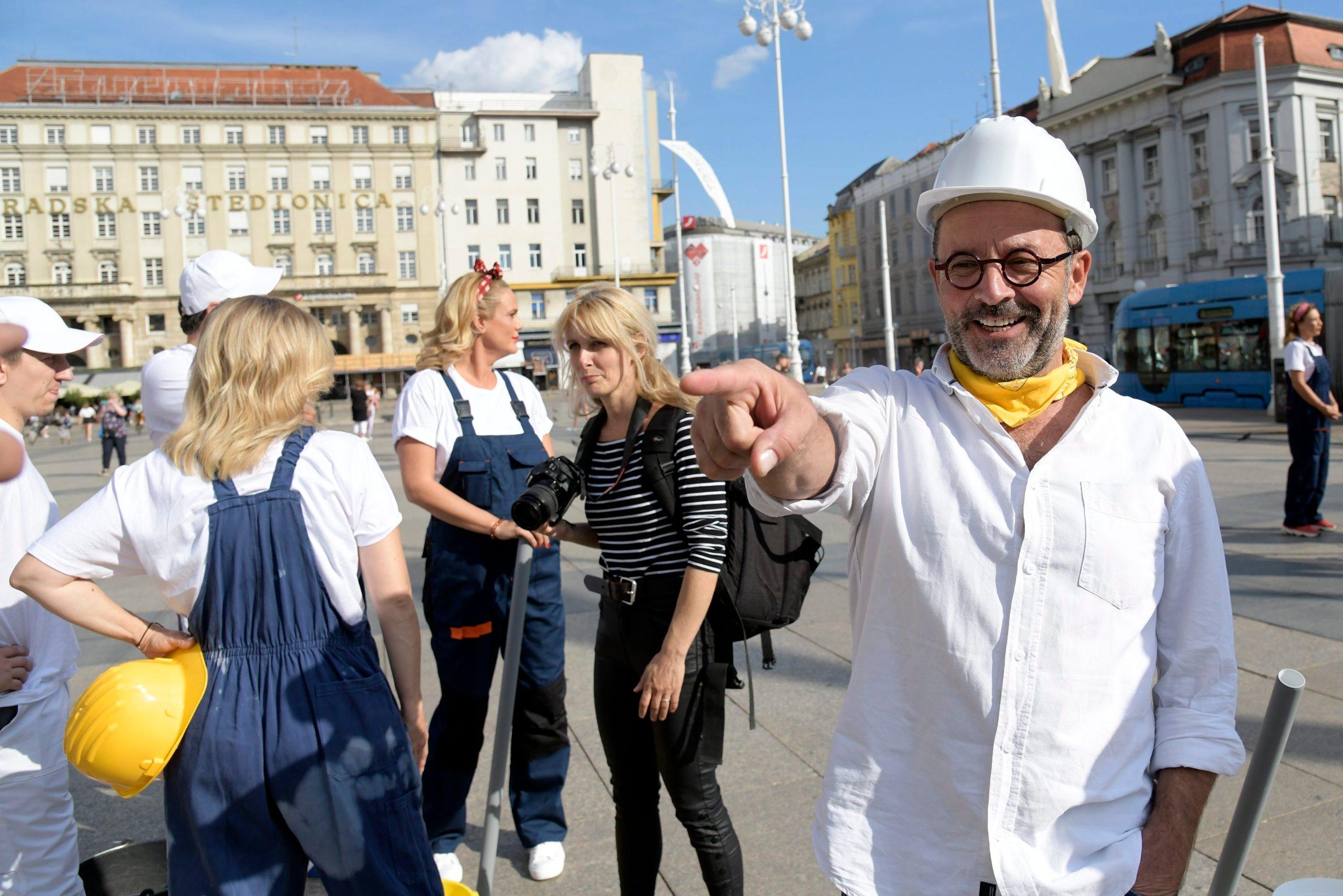 Zagreb, 090920 Jelacic plac, glumci kazalista Moruzgva odrzali su performans uoci premijere najnovije predstave Majstori. Na fotografijI: Kreso Dolencic. Foto: Bruno Konjevic / CROPIX