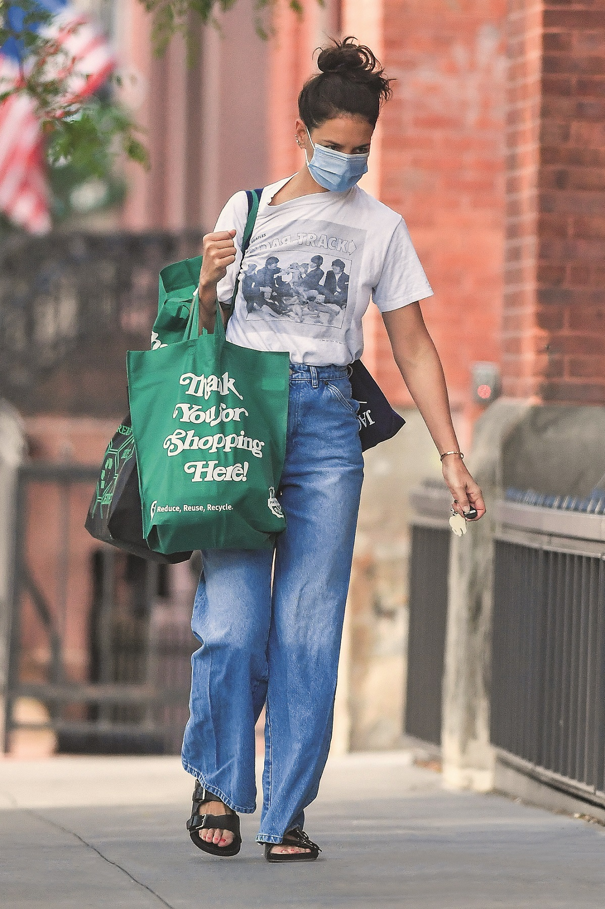 EXCLUSIVE: Katie Holmes wears a Beatles tee shirt while food shopping in New York City  Pictured: Katie Holmes,Image: 553250591, License: Rights-managed, Restrictions: , Model Release: no, Credit line: Robert O'Neil / SplashNews.com / Splash / Profimedia
