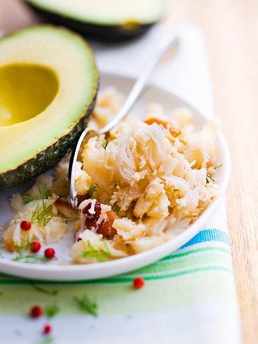 Avocado und Krabbenfleischsalat mit Blumenkohl und Rosinen
