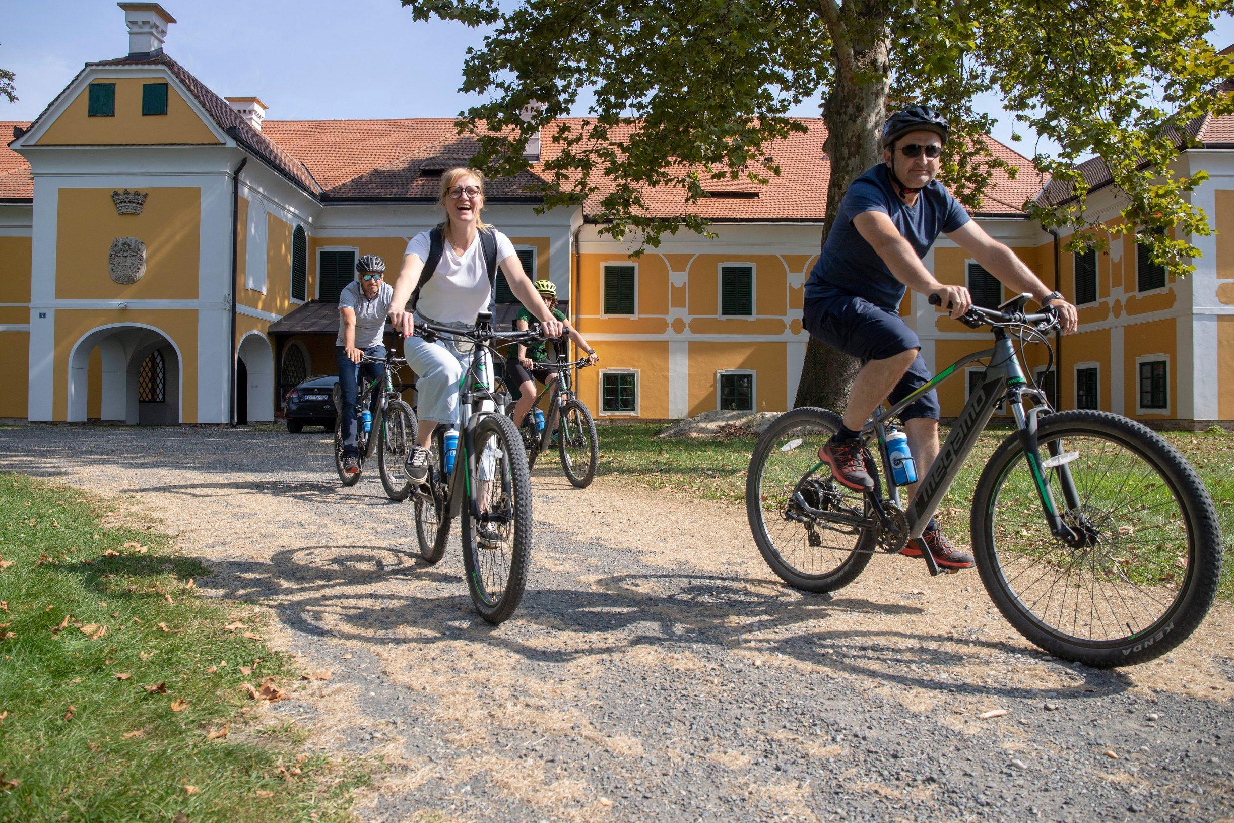 SPECIJAL LIKE JUTARNJI! Ludbreg, 210920. Reportaza o biciklistickoj stazi oko Ludbrega za Like. Na fotografiji: Veliki Bukovec. Foto: Zeljko Hajdinjak / CROPIX