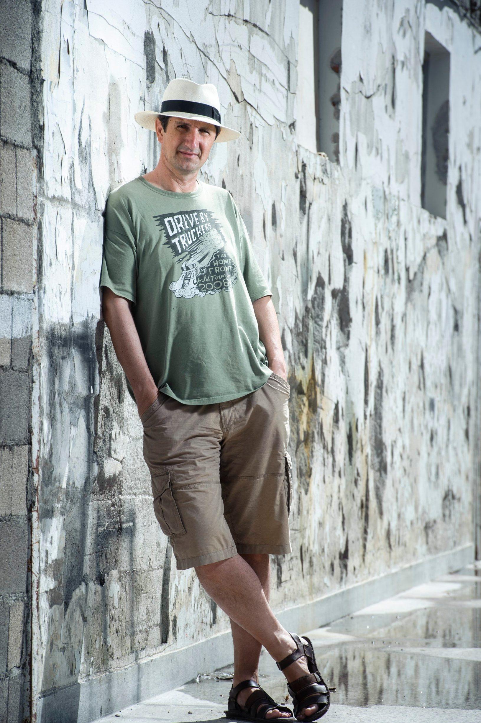 Split, 080916. Knjizevnik i novinar Ante Tomic pozira kod zgrade SD u Splitu. Foto: Tom Dubravec / CROPIX