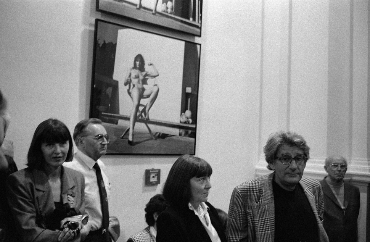 Newton, Helmut. Fotograf; Berlin 31.10.1920 – Los Angeles 23.1.2004.  Helmut Newton (re.) mit Ehefrau June in einer Ausstellung mit seinen Werken im Martin-Gropius-Bau in Berlin.  Foto, 1988.,Image: 278943659, License: Rights-managed, Restrictions: Additional copyrights must be cleared., Model Release: no, Credit line: Hansgert Lambers / AKG / Profimedia