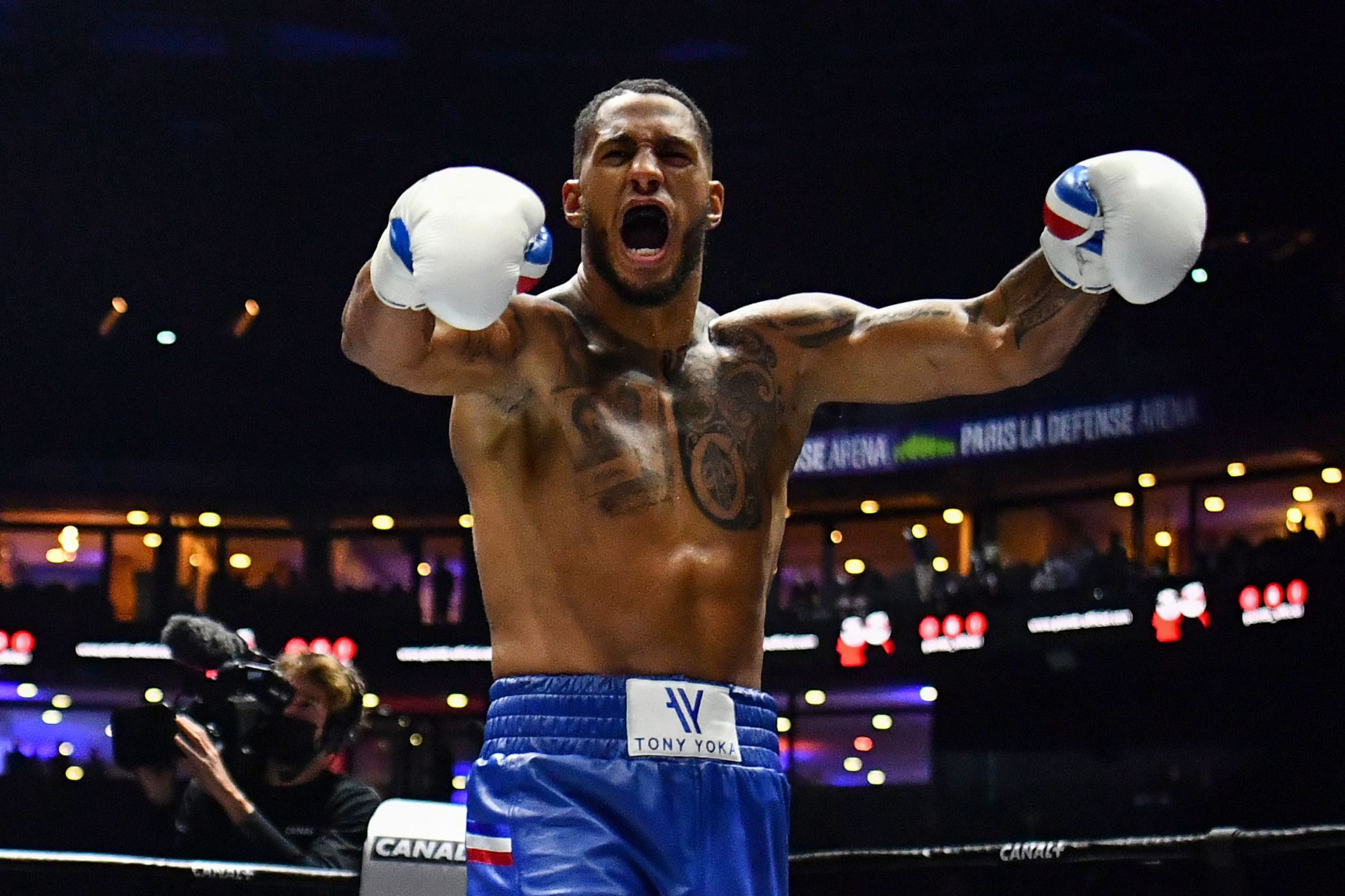 French boxer Tony Yoka celebrates after winning the International Heavyweight 12-round boxing bout in Nanterre, near Paris, on September 25, 2020. (Photo by FRANCK FIFE / AFP)