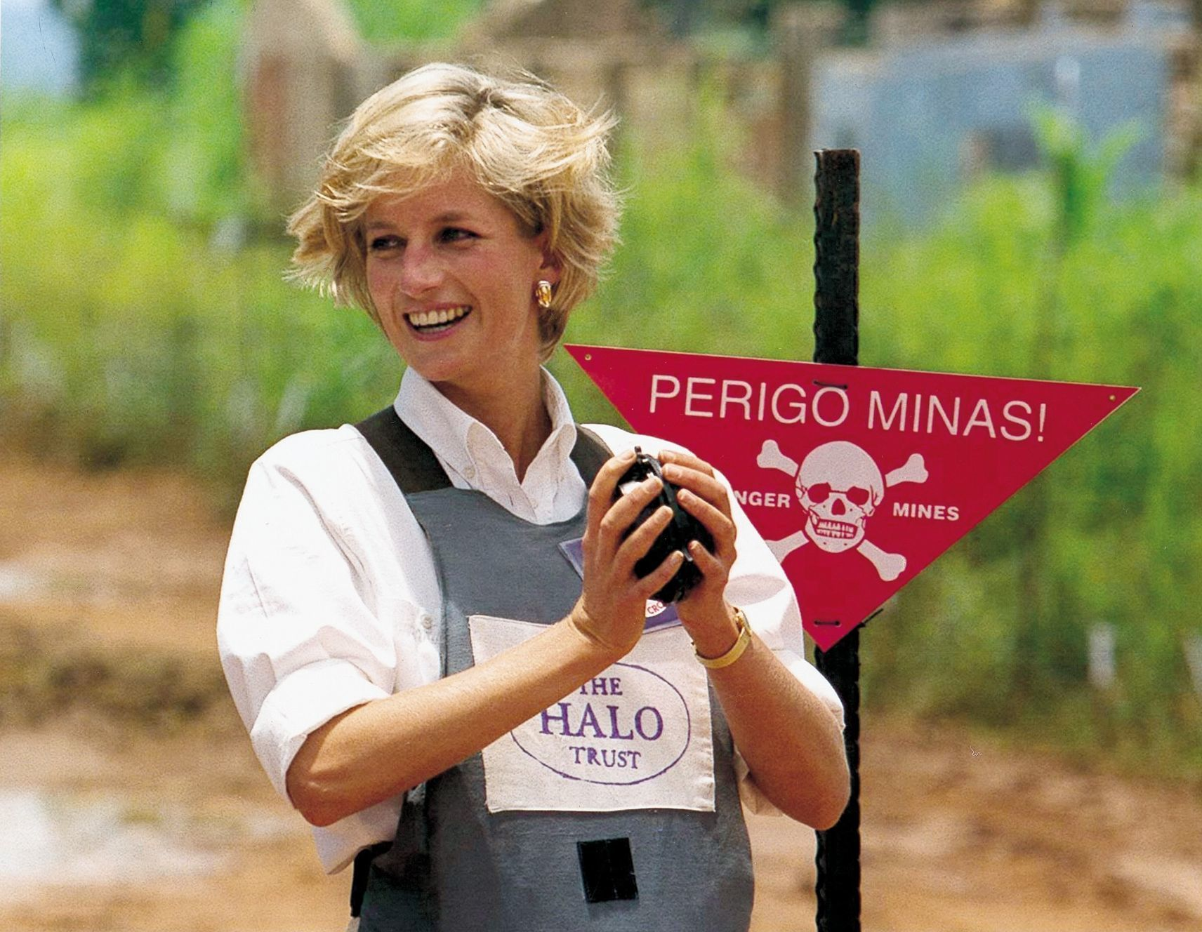 Princess Diana Holding A Defused Mine She Was Given In Huambo Angola. Diana Princess Of Wales Holding A Defused Mine She Was Given In Huambo Angola.,Image: 473648873, License: Rights-managed, Restrictions: , Model Release: no, Credit line: Mike Forster/Daily Mail / Shutterstock Editorial / Profimedia