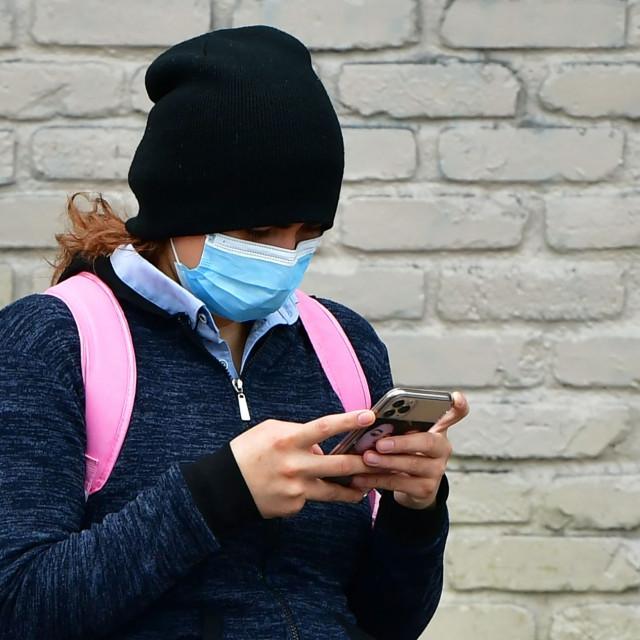 Ilustracija: žena nosi zaštitnu masku