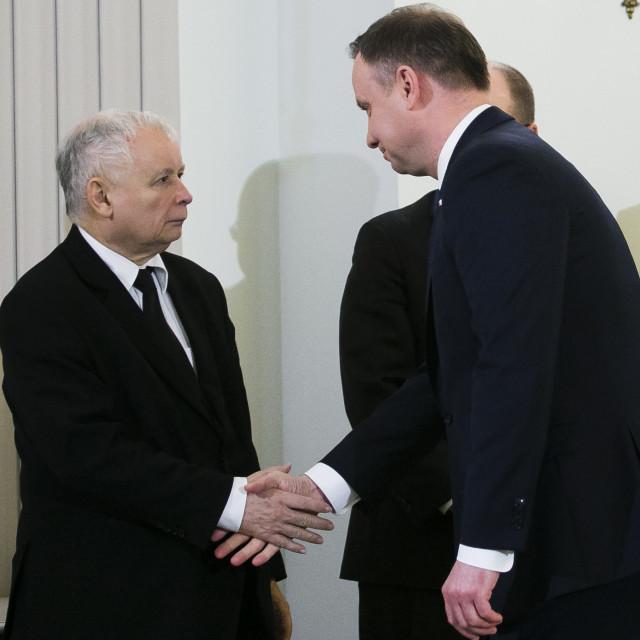 Jaroslaw Kaczynski (lijevo), predsjendik PiS-a i siva eminencija poljske vlasti, rukuje se s predsjedniom Andrzejem Dudom