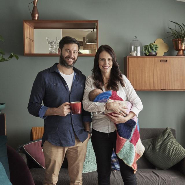 Premijerka Novog Zelanda ne libi se pustiti fotografe u svoj dom pa je s novorođenom djevojčicom i partnerom pozirala u njihovom domu u Novom Zelandu