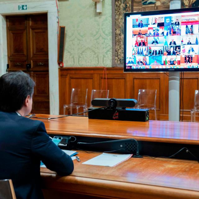 Talijanski premijer Giuseppe Conte (na slici) gubi strpljenje prema Bruxellesu koji u jeku katastrofe izazvane pandemiju Covid-19 kasni s paketom pomoći