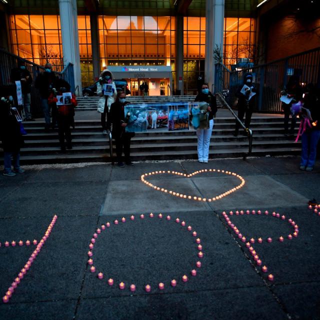 Zdravstveni radnici ispred njujorške bolnice Mount Sinai svijećama su ispisali riječ 'Nada' u znak sjećanja na kolege koji su podlegli koronavirusu