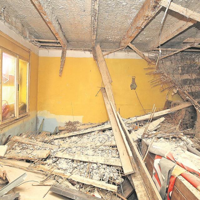 Obitelj Lukač živi ispod gradskog stana koji neodržavan i uništen pa im probija vlaga po zidovima.