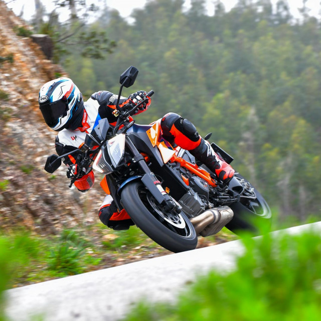 2020-KTM-1290-Super-Duke-R-Test-Portimao-naked-sport-motorcycle-9