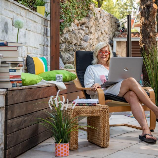 Blogerica i pokretačica projekta 'Čitaj knjigu' u svojoj obožavanoj vikendici