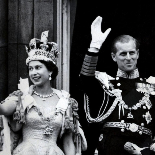 Kraljica Elizabeta II i vojvoda od Edinburgha, mašu s balkona Buckinghamske palače nakon kraljičine krunidbe.