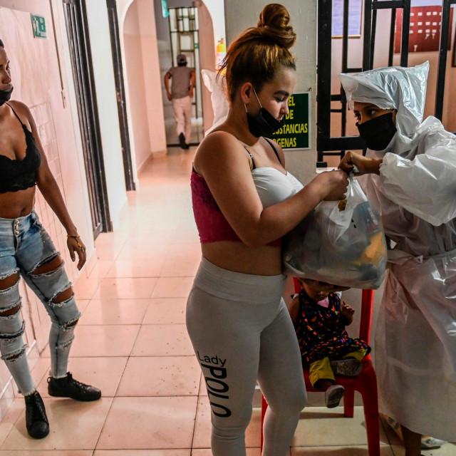 podjela paketa hrane ugroženim skupinama u Medellinu