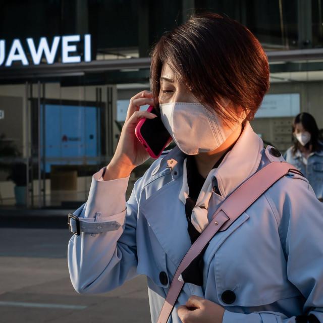 Kineska vlada neće mirno sjediti i gledati kako se tvrtka stavlja na ploču za rezanje dok američka vlada proizvoljno mijenja pravila tržišta - rekao je predsjednik Huaweija Eric Xu
