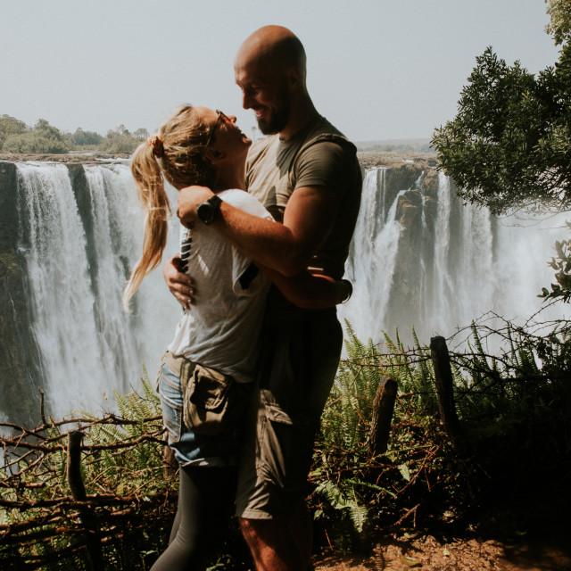 ZAMBIJA: Viktorijini slapovi na rijeci Zambezi, na granici sa Zimbabveom, zadivljuju visinom od 108 metara.