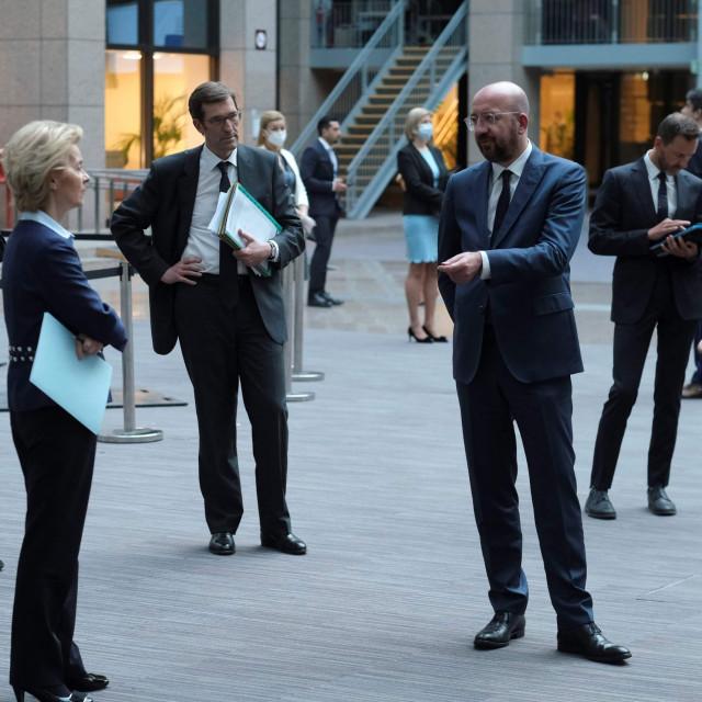 Ursula von der Leyen, predsjednica Europske komisije i Charles Michel, predsjednik Vijeća EU na propisanoj socijalnoj distanciji