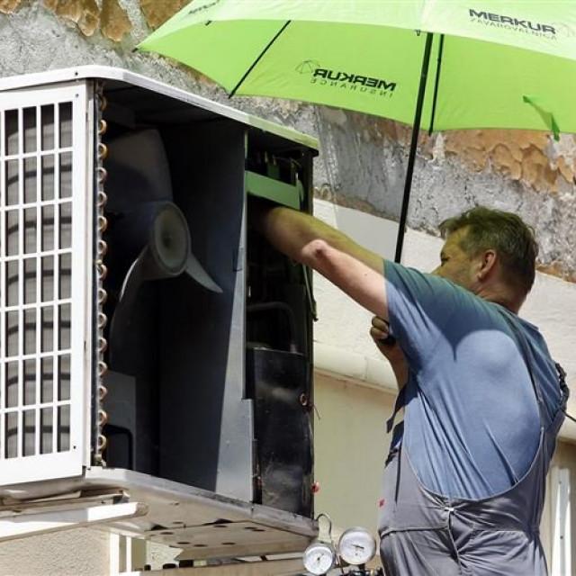 Serviser klima-uređaja, ilustracija