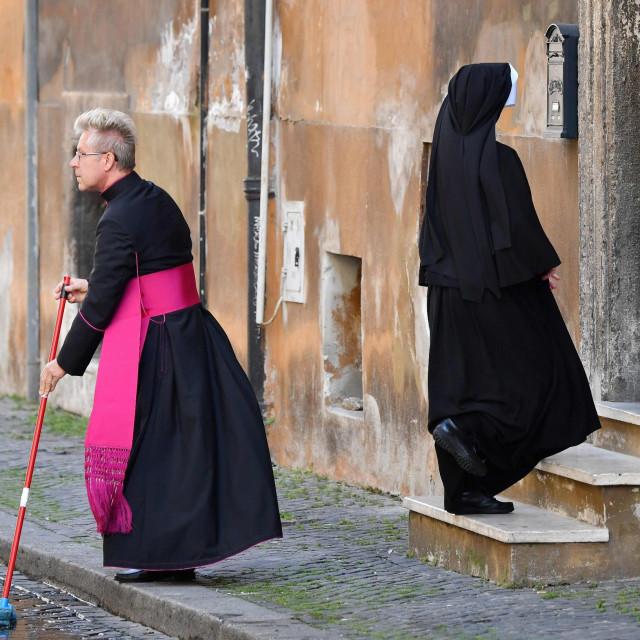 Sad i biskupi čiste pred svojim vratima