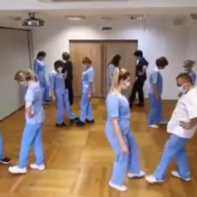 Doktori plešu