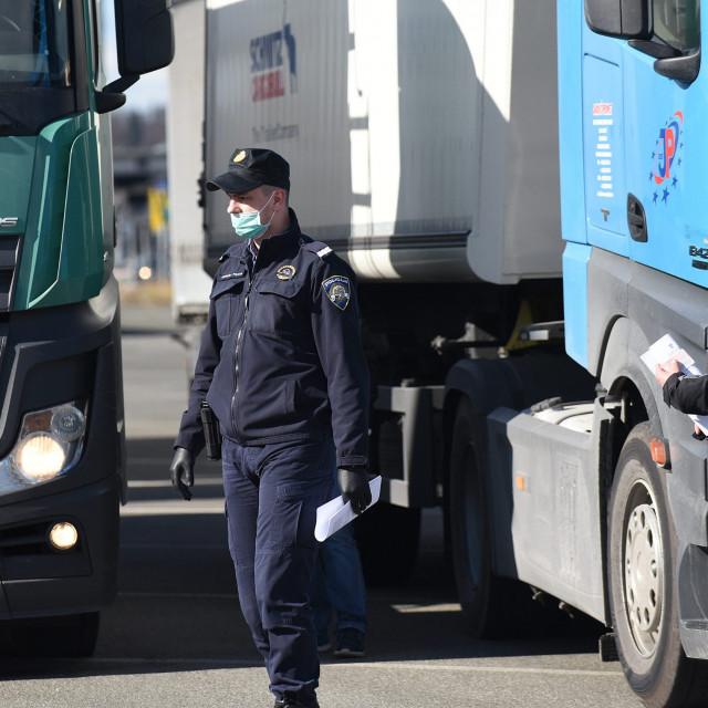 Ilustracija, kamioni zaustavljeni na graničnom prijelazu
