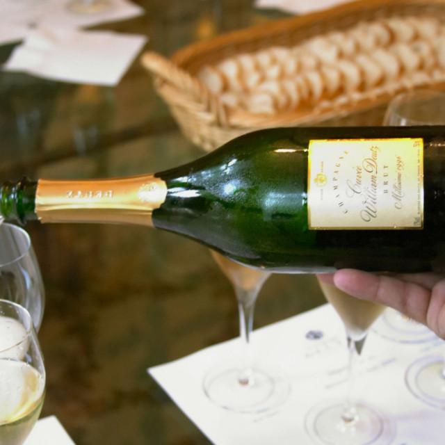 Ilustracija: Točenje šampanjca