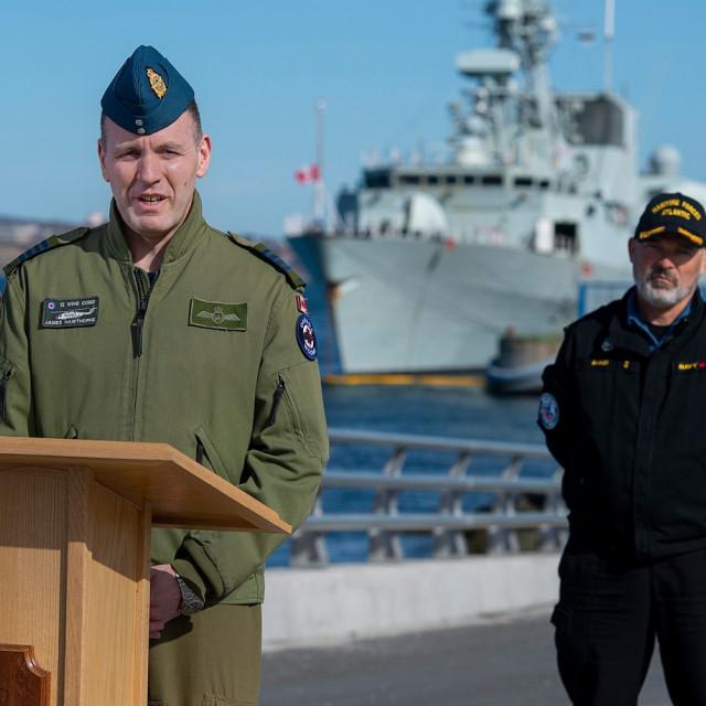 Zapovjednik James Hawthorne i kontraadmiral Craig Baines (iza)