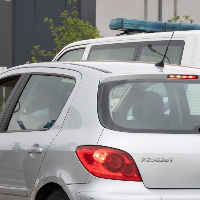 Francuski policajci kontroliraju granicu između Francuske i Belgije