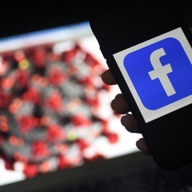 Ilustracija: logotip Facebook i model koronavirusa na ekranu kompjutera