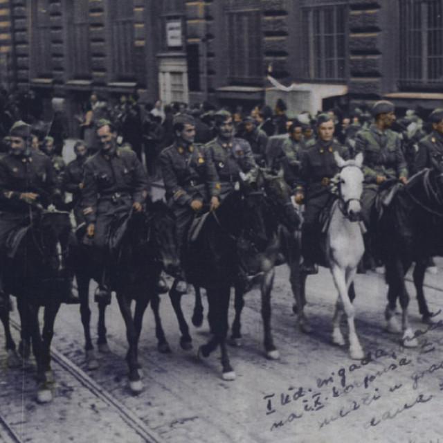 U narodnooslobodilačkom pokretu sudjelovalo je od 1941. do 1945.  oko 50.000 građana Zagreba, od 300.000 koliko ih je pred početak Drugog svjetskog rata živjelo u Zagrebu. Više od 16.000 građana poginulo je u Zagrebu, u zatvorima i logorima, odnosno kao borci partizanskih jedinica. Zagreb je dao 89 narodnih heroja. Na fotografiji: Štab Udarne brigade 'Braća Radić' na čelu Desetog korpusa ulazi u Zagreb 9. svibnja 1945.