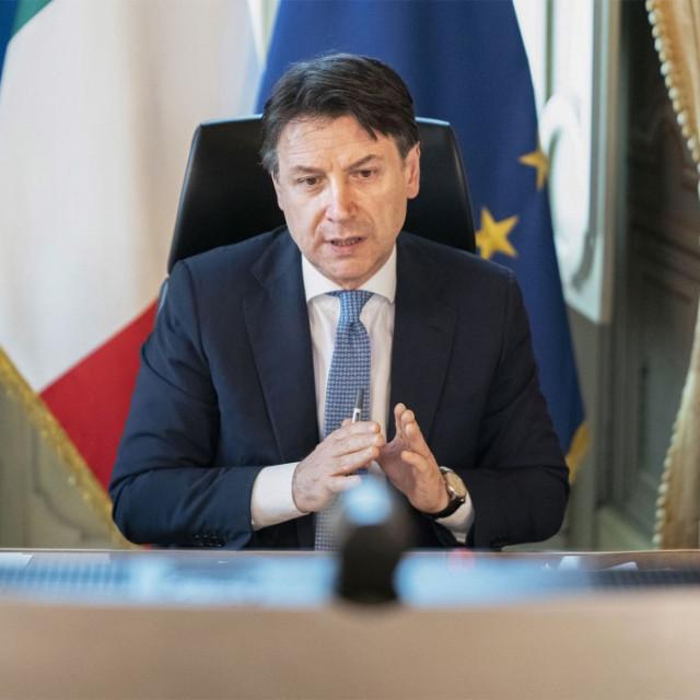 Talijanski premijer Giuseppe Conte u press uredu Palače Chigi u Rimu tijekom videokonferencije  uslijed pandemije koronavirusa u zemlji 23. travnja. Europski lideri su se dogvorili o ogromnom paketu pomoći za oporavak od pandeije, ali nastale su veliki prijepori između različitih zemalja