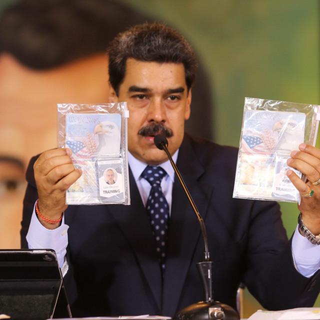 Nicolas Maduro pokazuje putovnice dvojice američkih državljana