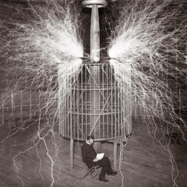 Nikola Tesla u svom laboratoriju u Colorado Springsu