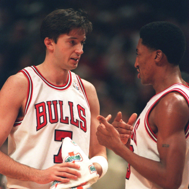 13 DEC 1994: FORWARD TONI KUKOC OF THE CHICAGO BULLS SPEAKS WITH TEAMMATE SCOTTIE PIPPEN DURING A 98-78 VICTORY OVER THE PISTONS AT THE UNITED CENTER IN CHICAGO, ILLINOIS. Mandatory Credit: Jonathan Daniel/ALLSPORT