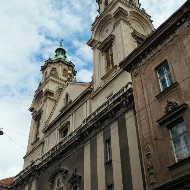 Pročelje bazilike gotovo je netaknuto pa slučajni prolaznik niti ne sluti kakav je kaos unutra.