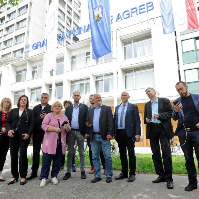 Oporbeni zastupnici ispred Gradske plinare u Zagrebu