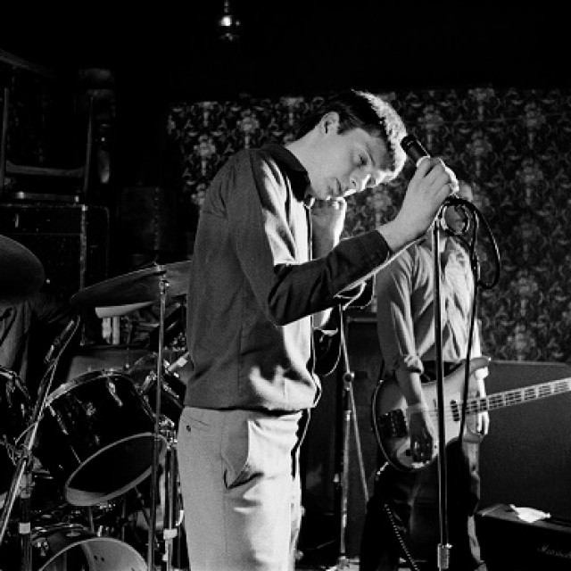 Ian Curtis i grupa Joy Division na sceni