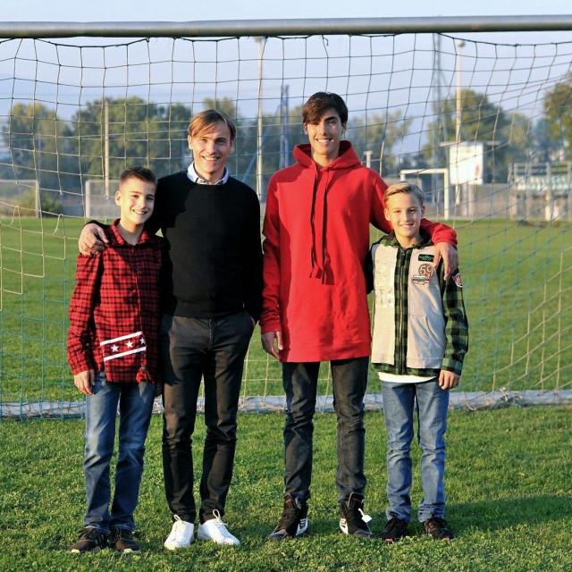 Dario Šimić sa svoja tri sina (Roko je slavnom tati s desne strane)<br />