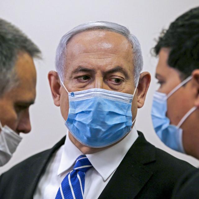 Benjamin Netanyahu (sredina)