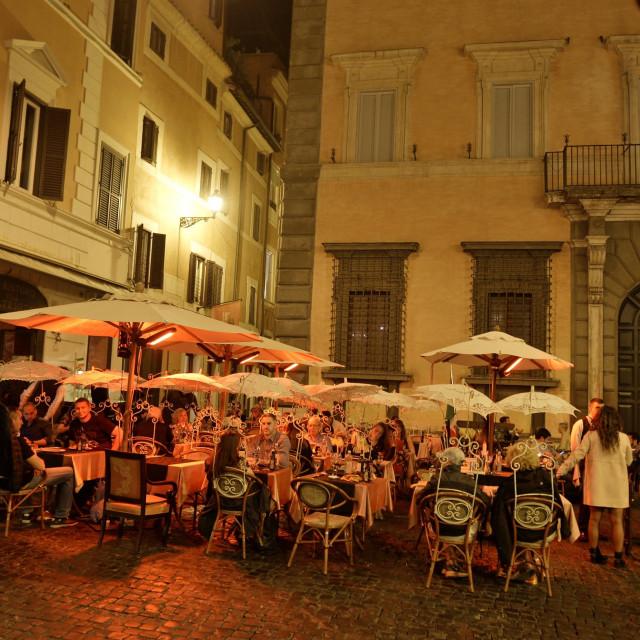 Kafić na jednom rimskom trgu