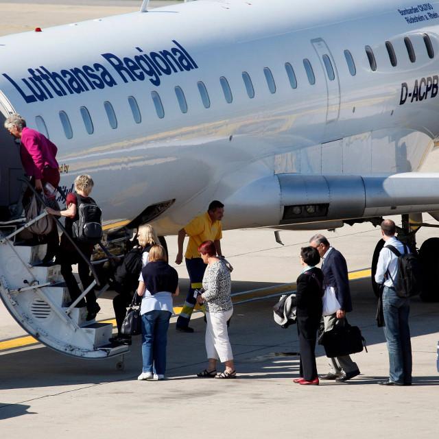Ukrcaj putnika u zrakoplov Lufthanse, ilustracija