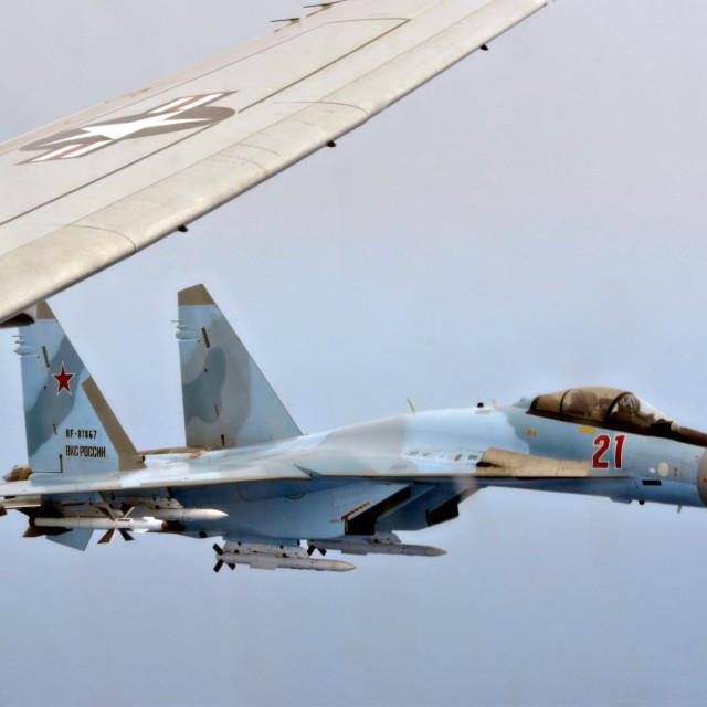 Su-35S blizu američkog aviona