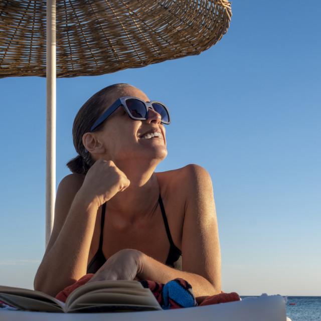 Najjednostavnije je nositi sunčane naočale, ali obratite pozornost na kvalitetu