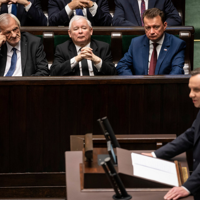 Poljski predsjednik Andrzej Duda drži govor u parlamentu, a u prvom ga redu u sredini sluša Jaroslaw Kaczynski, čelnik vladajuće stranke PiS