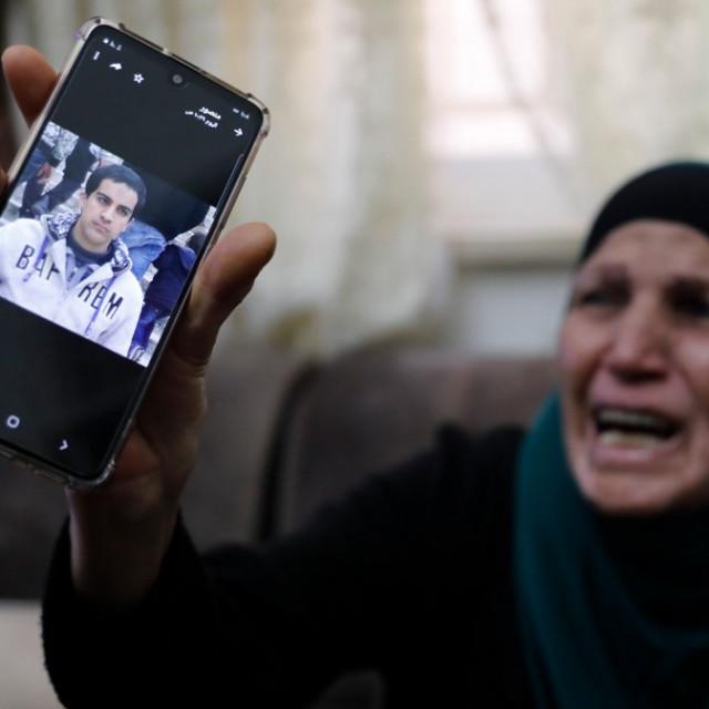 Majka ubijenog Palestinca pokazuje njegovu fotografiju