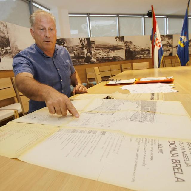 Josko Roščić sa starim katastarskim kartama koje, tvrdi, dokazuju tko je u pravu