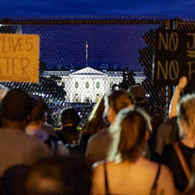 Bijela kuća, prosvjednici ispred ograde