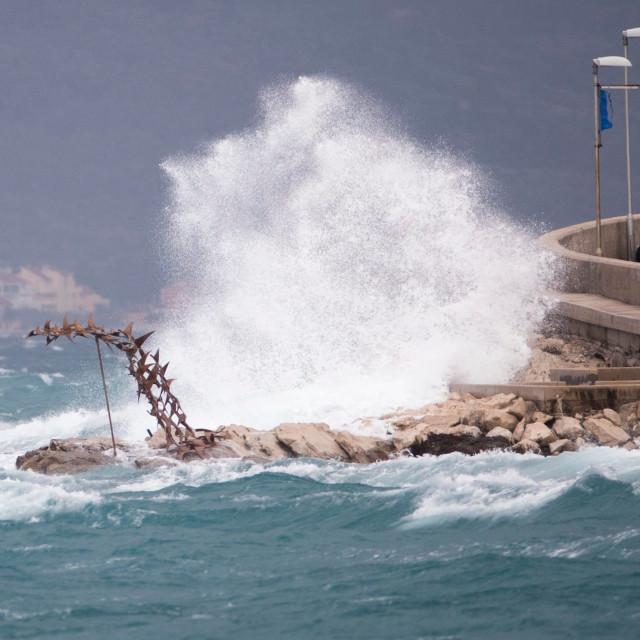 Olujno jugo koje na momente puše brzinom od 100 km/h zaustavilo je dobar dio pomorskog prometa no jedan dio pomorskog prometa unatoč jakom vjetru odvija se uz otežane uvjete.